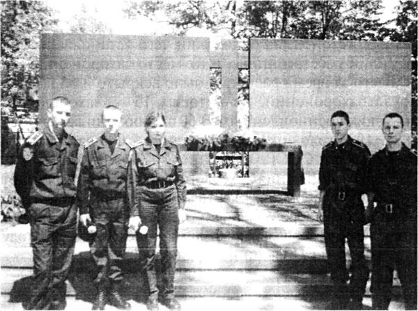 Будущие офицеры органов внутренних дел Украины, курсанты Национального Университета внутренних дел у могил погибших польских офицеров в 6-м квартале Лесопарка города Харькова.